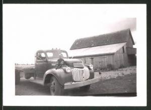 Fotografie Lastwagen, US Pickup Truck, Knabe auf Kotflügel sitzend