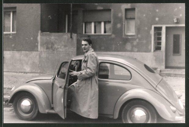 Fotografie Auto VW Käfer, Mann steigt in Volkswagen PKW