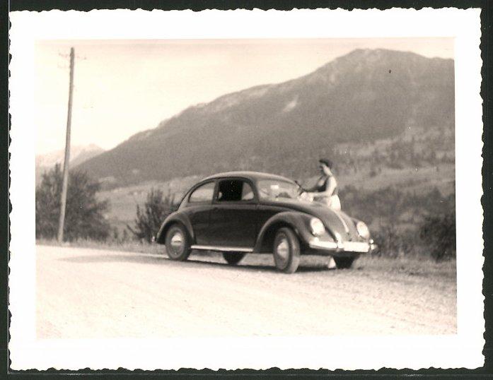 Fotografie Auto VW Käfer, Volkswagen PKW wird von Frau geputzt