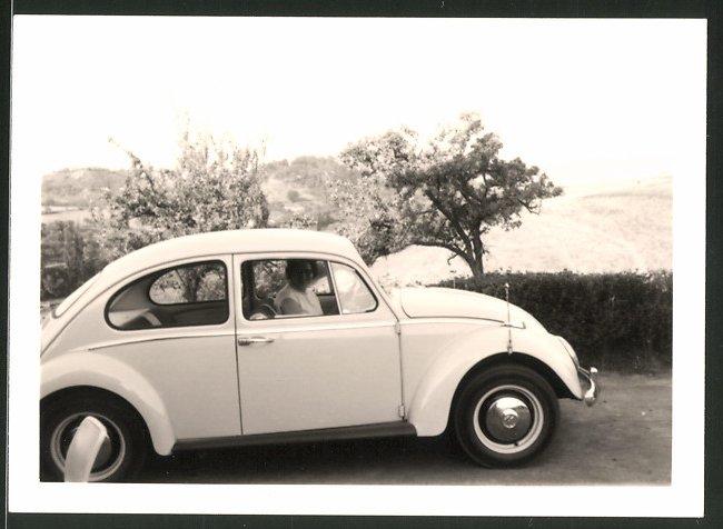 Fotografie Auto VW Käfer, Hausfrau sitzt im Volkswagen PKW