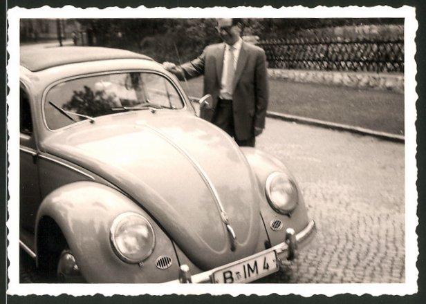 Fotografie Auto VW Käfer, glücklicher Fahrer neben Volkswagen PKW