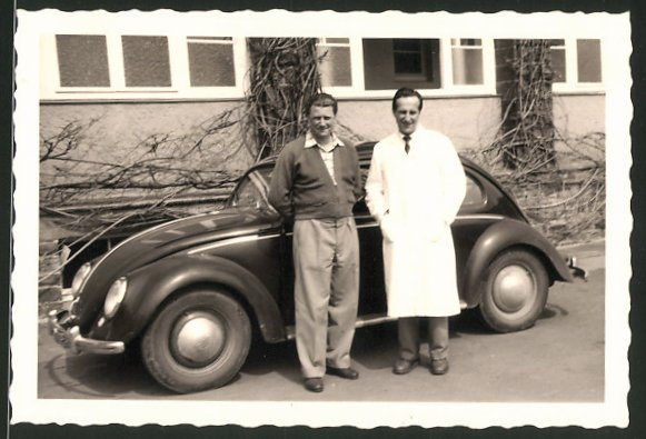 Fotografie Auto VW Käfer, Männer neben Volkswagen PKW stehend 0