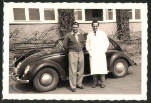 Fotografie Auto VW Käfer, Männer neben Volkswagen PKW stehend