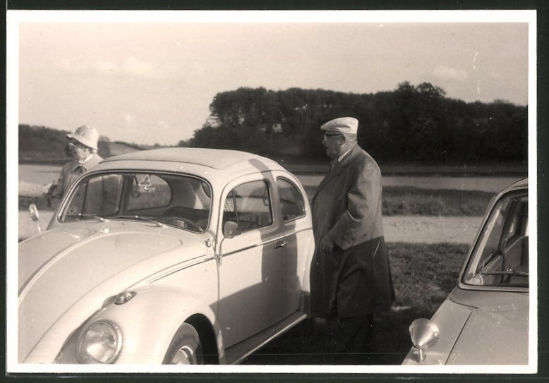 Fotografie Auto VW Käfer, betagtes Paar am Volkswagen PKW stehend 0