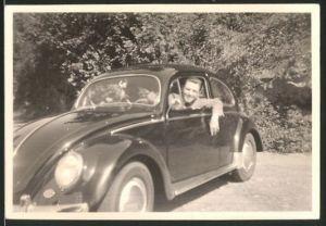 Fotografie Auto VW Käfer, Bursche am Steuer des Volkswagen PKW's