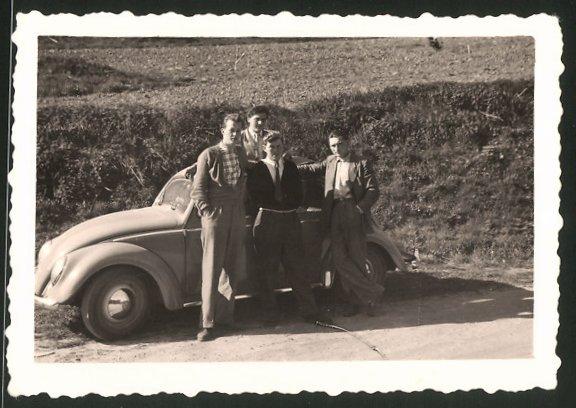Fotografie Auto VW Käfer, junge Männer während einer Ausfahrt mit dem Volkswagen PKW