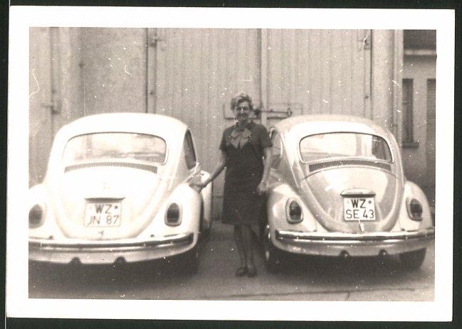 Fotografie Auto VW Käfer, Hausfrau zwischen Volkswagen PKW's stehend