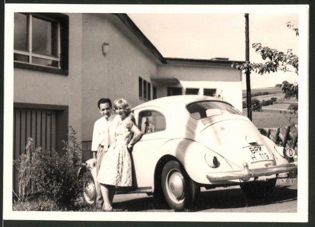 Fotografie Auto VW Käfer, glückliches Paar lehnt am Volkswagen PKW