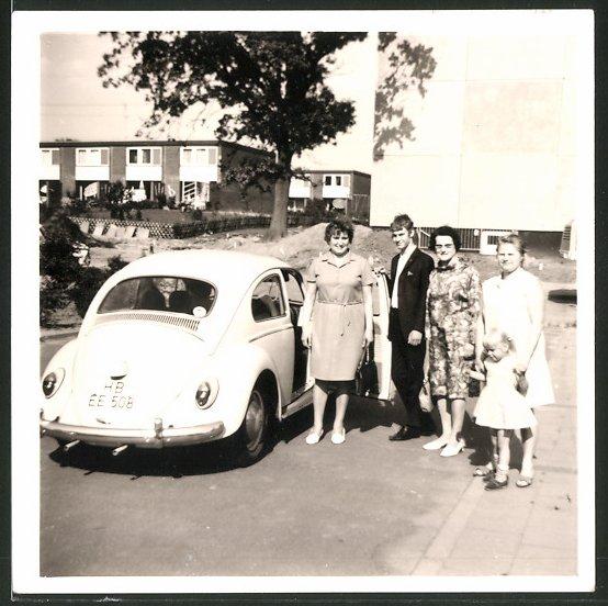 Fotografie Auto VW Käfer, Bursche & Damen am Volkswagen PKW 0