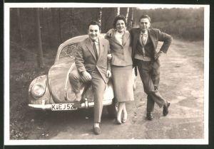Fotografie Auto VW Käfer, Männer & Frau posieren am Volkswagen PKW