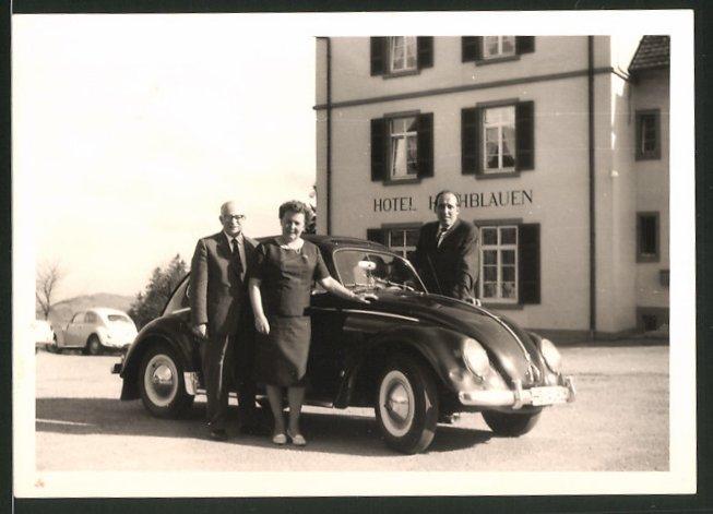 Fotografie Auto VW Käfer, Volkswagen PKW vor Hotelgebäude