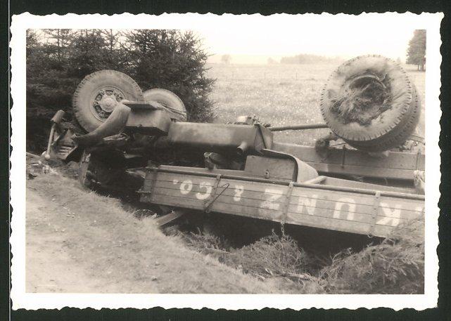 Fotografie Lastwagen, LKW der Spedition Kunz & Co. nach einem Unfall
