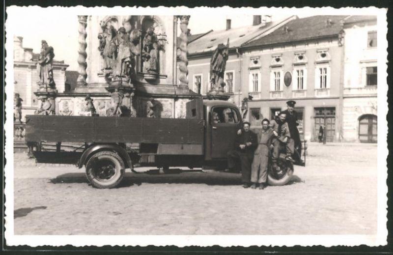 Fotografie Lastwagen, LKW-Pritsche & Männer vor Brunnen stehend