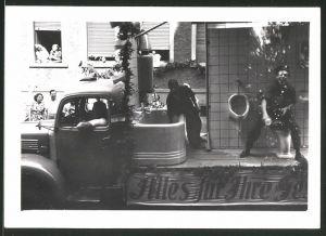 Fotografie Lastwagen mit Badezimmer-Installation, LKW-Pritsche beim Festumzug