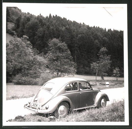 Fotografie Auto VW Käfer, Volkswagen PKw auf einer Landstrasse