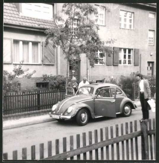 Fotografie Auto VW Käfer, betagte Männer beladen Volkswagen PKW