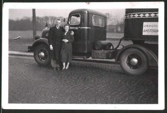Fotografie Lastwagen, Sattelschlepper LKW, Paar neben Zugmaschine stehend 0