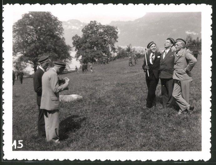 Fotografie Weber, Stans, Fotograf mit Plattenkamera fotografiert Studenten 0