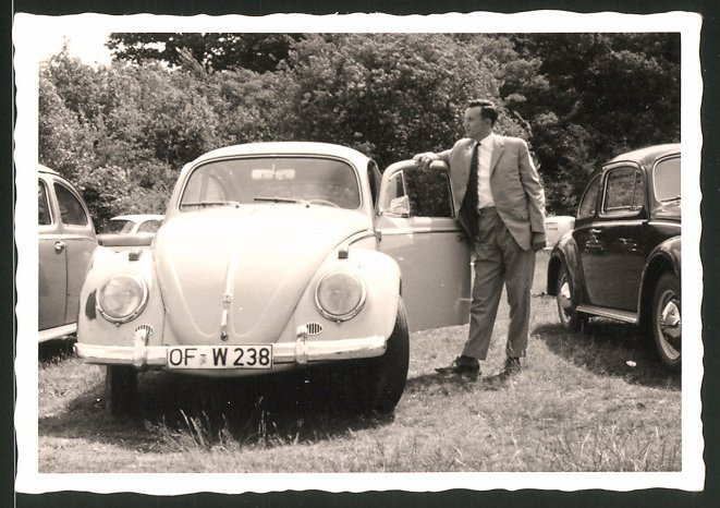Fotografie Auto VW Käfer, Fahrer lehnt lässig am Volkswagen PKW