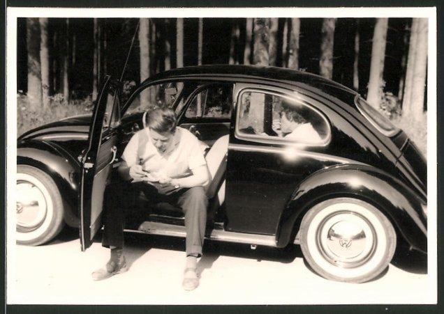 Fotografie VW Käfer, Fahrer studiert Landkarte 0