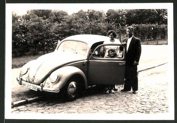 Fotografie Auto VW Käfer, junge Familie am Volkswagen PKW
