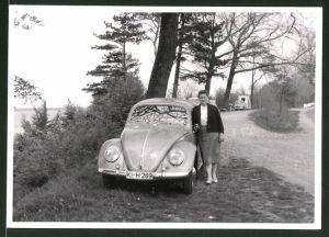 Fotografie Auto VW Käfer, Hausfrau lehnt am Volkswagen PKW