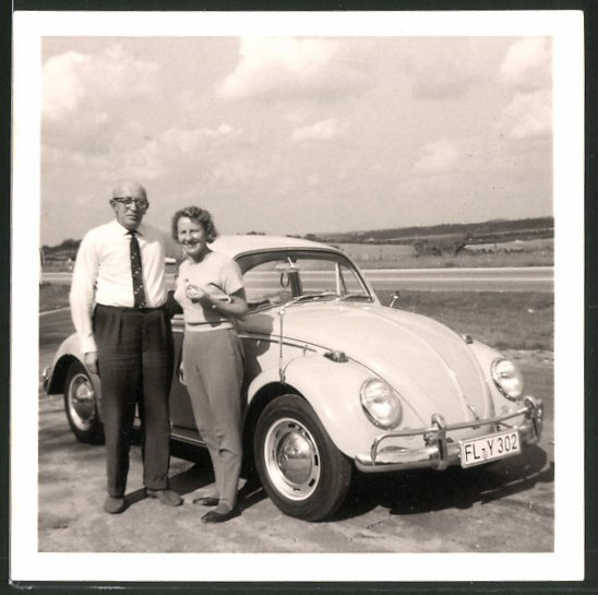 Fotografie Auto VW Käfer, Paar während einer Ausfahrt mit dem Volkswagen PKW