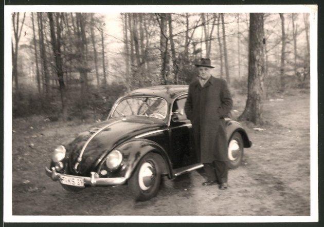 Fotografie Auto VW Käfer, Fahrer neben schwarzem Volkswagen in Isenburg 0