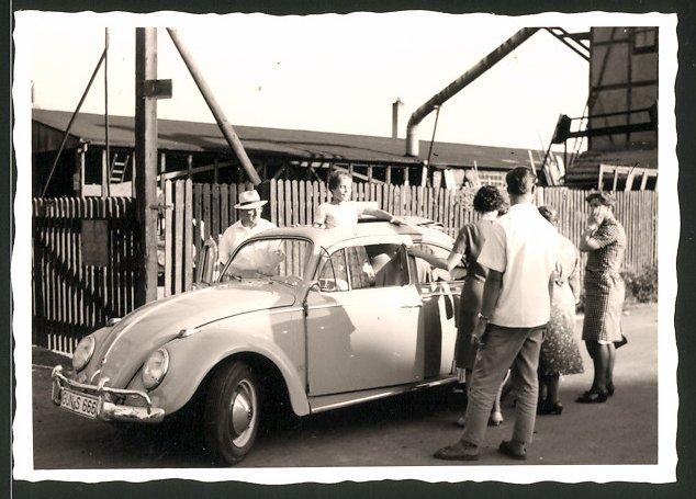 Fotografie Auto VW Käfer, Leute bestaunen Volkswagen PKW mit Faltdach