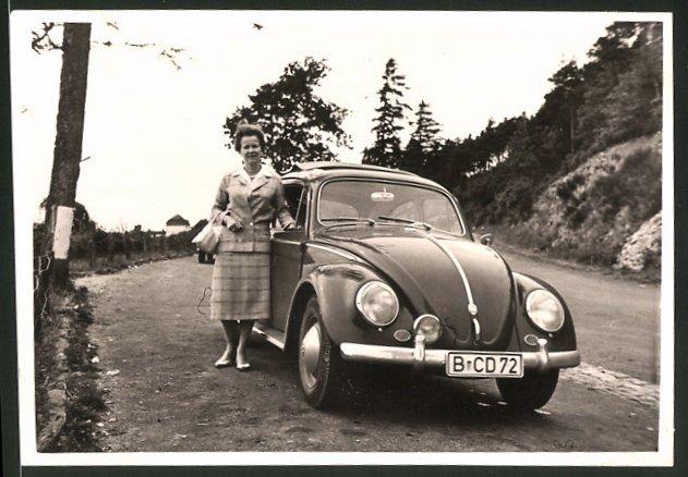 Fotografie Auto VW Käfer, Hausfrau neben Volkswagen PKW 0