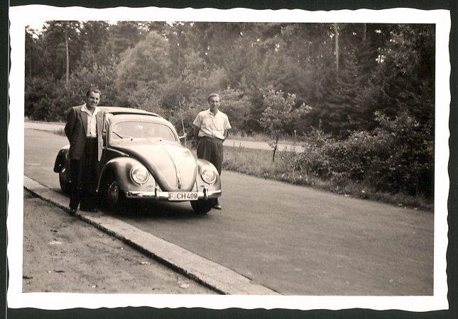 Fotografie Auto VW Käfer, Männer flankieren Volkswagen