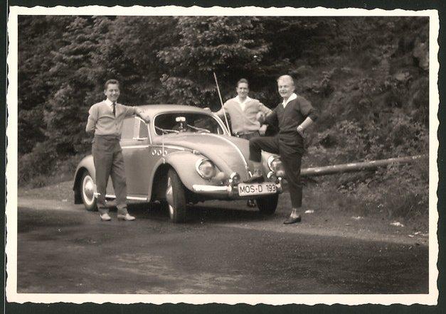 Fotografie Auto VW Käfer, junge Männer während einer Spritztour mit dem Volkswagen