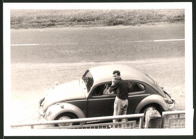 Fotografie Auto VW Käfer, junger Mann am Volkswagen PKW