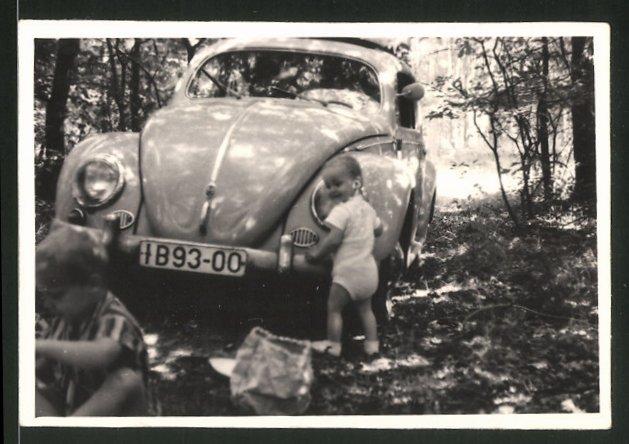 Fotografie Auto VW Käfer, Baby vor Volkswagen PKW