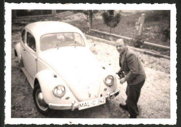 Fotografie Auto VW Käfer, stolzer Fahrer putzt seinen Volkswagen