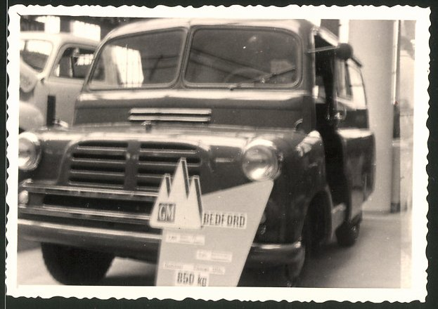 Fotografie Lastwagen General Motors GM Bedford, LKW an einem Messestand