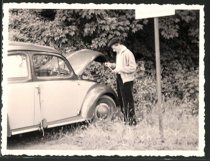 Fotografie Auto VW Käfer, Fahrer prüft den Tankinhalt mit einem Peilstab