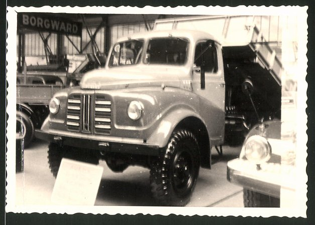 Fotografie Lastwagen Austin, LKW-Kipper an einem Messestand stehend