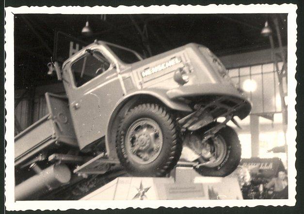 Fotografie Lastwagen Henschel, LKW an einem Messestand stehend
