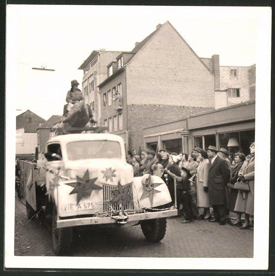 Fotografie Lastwagen, LKW-Pritsche für Karneval dekoriert