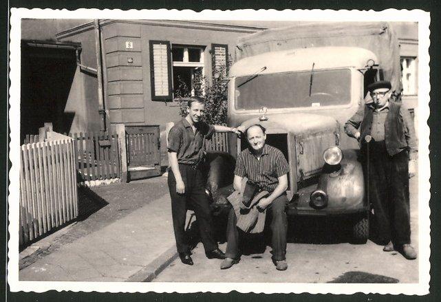 Fotografie Lastwagen Mercedes Benz, Männer posieren mit LKW