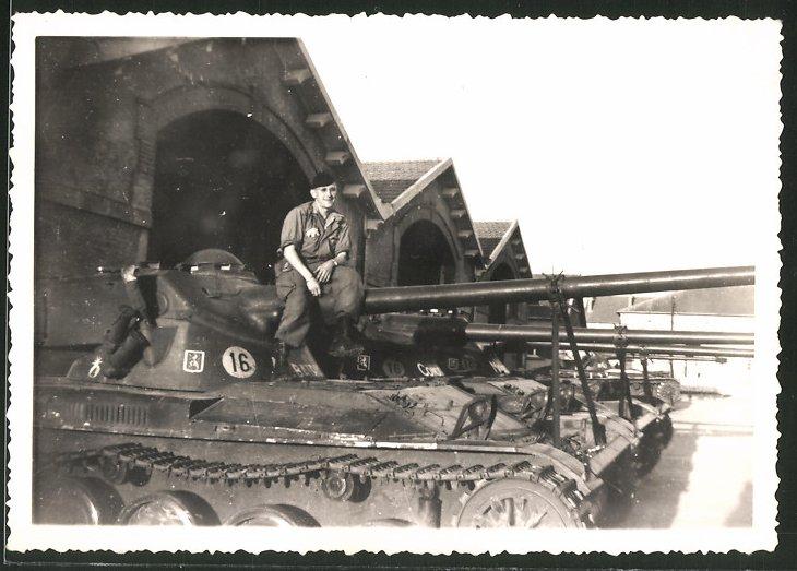 Fotografie Soldat in Uniform auf Panzerhaubitze sitzend