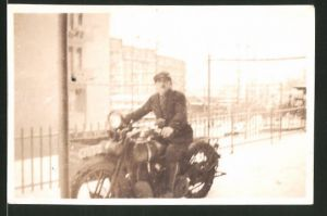 Fotografie Motorrad, Fahrer auf Krad sitzend