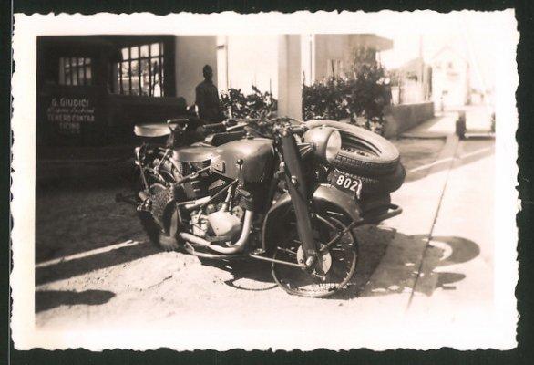 Fotografie Motorrad mit Seitenwagen, Krad-Gespann nach einem Unfall
