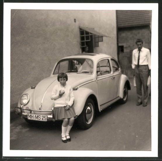 Fotografie Auto VW Käfer, Mädchen auf Kotflügel sitzend