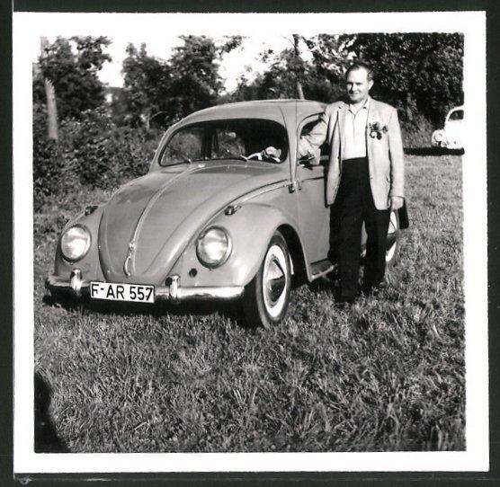 Fotografie Auto VW Käfer, stolzer Fahrer mit seinem Volkswagen