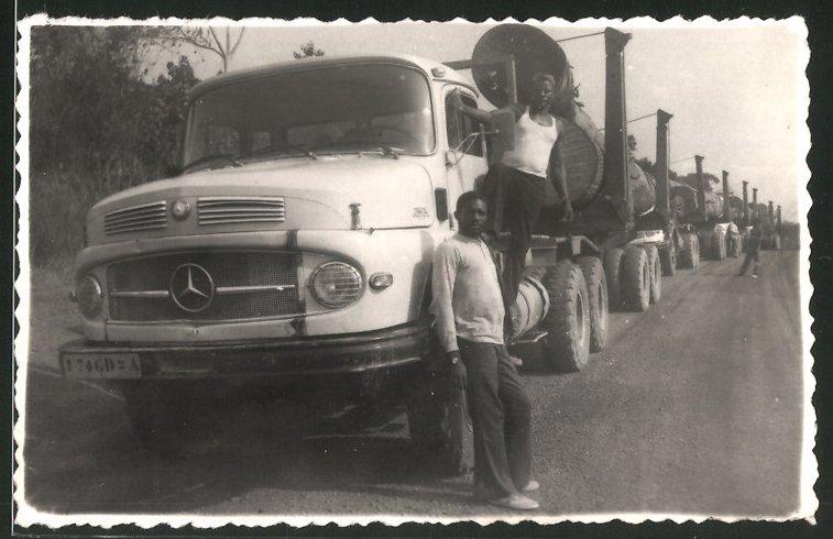 Fotografie Lastwagen Mercedes Benz, Sattelschlepper-Konvoi mit Baumstämmen beladen