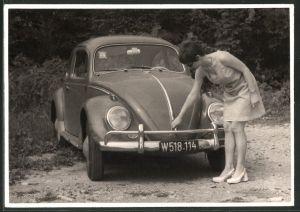 Fotografie Auto VW Käfer, Frau im Sommerkleid öffnet den Kofferraum des Volkswagen PKW