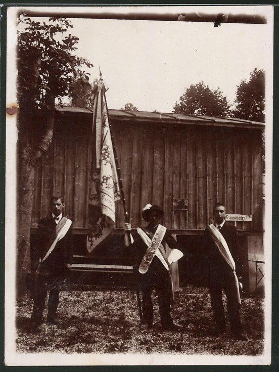 Fotografie Studenten in vollem Wichs mit Fahne-Standarte