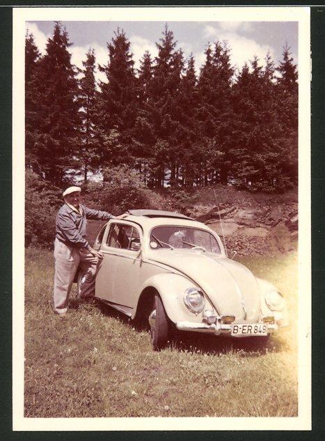 Fotografie Auto VW Käfer, glücklicher Fahrer am Volkswagen PKW